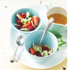 Obstsalat und Sommersuppe mit Pastis