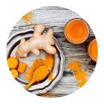 gember en kurkuma wortels en poeder op tafel met glaasjes gembershot